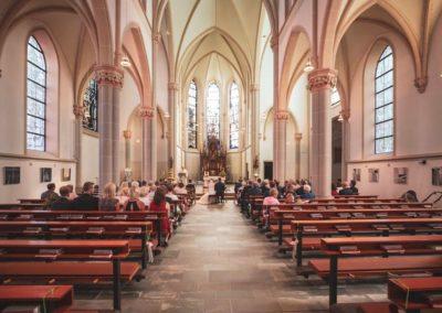 5c60501316bb6e286d4a484f_Hochzeitsgesellschaft in Kirche-p-1080