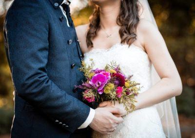 5c605013f3edce00d1c1083e_Hochzeitspaar mit Blumenstrauß-p-1080